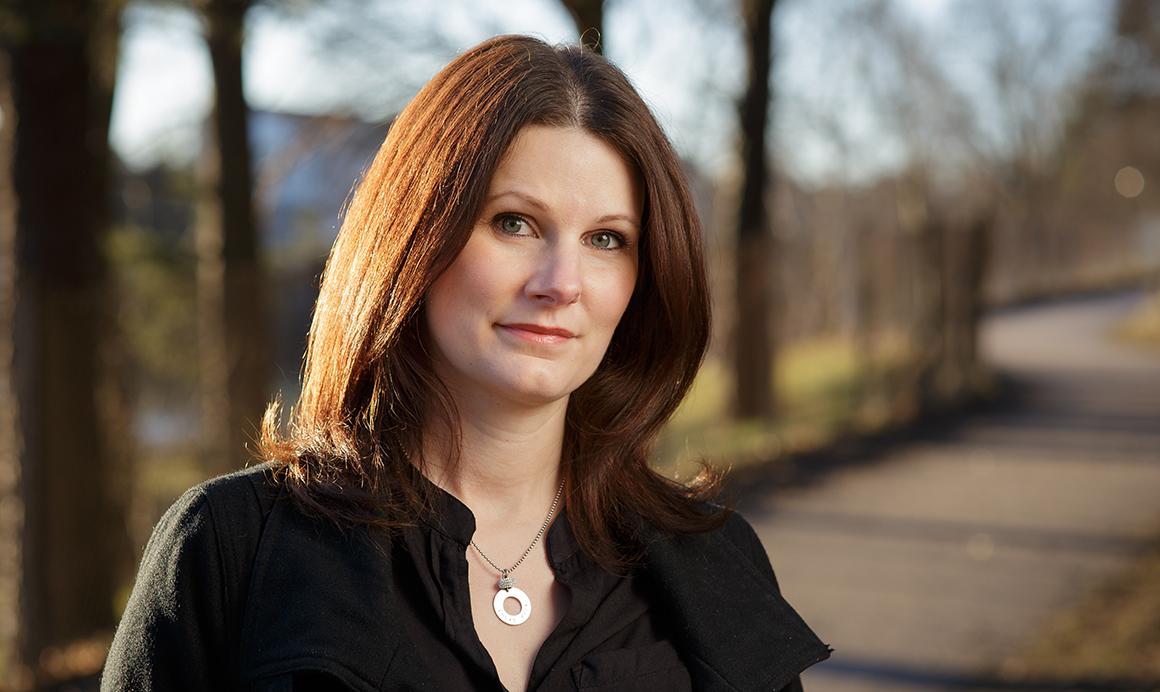 Från egenutgivare till förlagsutgiven – Anna Wahlgren gör resan med sin debutroman